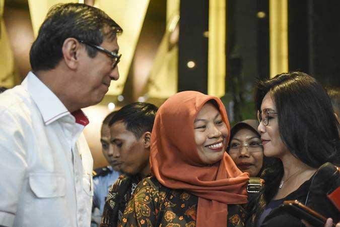 Menkumham Yasonna Laoly (kiri) berbincang bersama Anggota DPR fraksi PDI Perjuangan Rieke Diah Pitaloka (kanan) dan Terpidana kasus pelanggaran Undang-Undang Informasi dan Transaksi Elektronik (ITE) Baiq Nuril (tengah) usai melakukan pertemuan bersama di Kemenkumham, Jakarta, Senin (8/7/2019). - ANTARA/Muhammad Adimaja