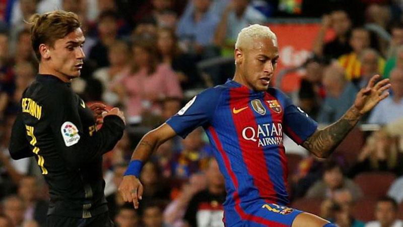 Antoine Griezmann (kiri) ketika masih berseragam Atletico Madrid beradu dengan Neymar da Silva Santos Jr. yang saat itu masih bermain untuk FC Barcelona di ajang La Liga Spanyol. - Reuters