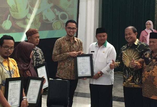 Penyerahan sertifikat halal untuk 300 IKM di Jabar - Bisnis/Wisnu Wage