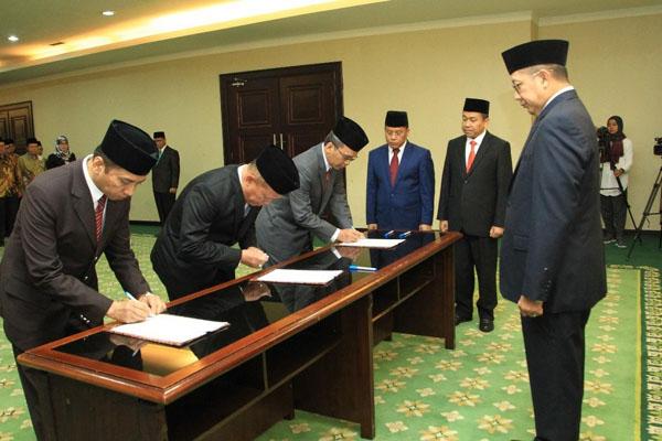 Menteri Agama Lukman Hakim Saifuddin (kanan) menyaksikan penandatanganan berita acara pelantikan tiga Rektor UIN. - Istimewa/Kemenag.go.id