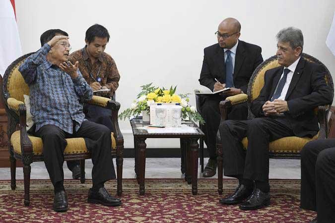 Wakil Presiden Jusuf Kalla (kiri) berbincang dengan Duta Besar Palestina untuk Indonesia Zuhair Al Shun (kanan) di Kantor Wakil Presiden, Jakarta, Kamis (28/2/2019). - ANTARA/Puspa Perwitasari