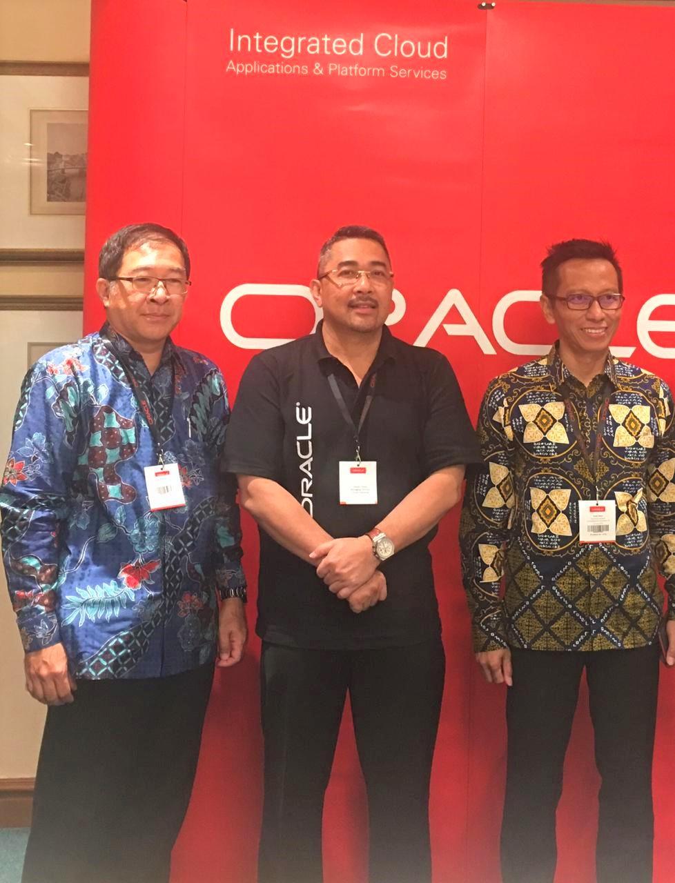Wakil Presiden Teknologi PT. Tiki JNE Arief Rahardjo (kiri), Country Managing Director Oracle Indonesia Davian Omas (tengah), CIO Direktorat Jenderal Perbendaharaan Kementerian Keuangan Saiful Islam (kanan). - Oracle