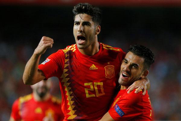 Penyerang andalan Timnas Spanyol Marco Asensio (kiri) bersama Dani Ceballos. - Reuters/Heino Kalis