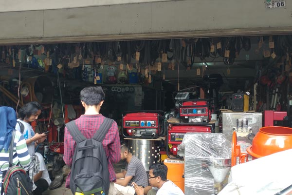 Kondisi toko milik Kock Meng tetap berjualan seperti biasa, seusai dipetiksa oleh penyidik KPK.