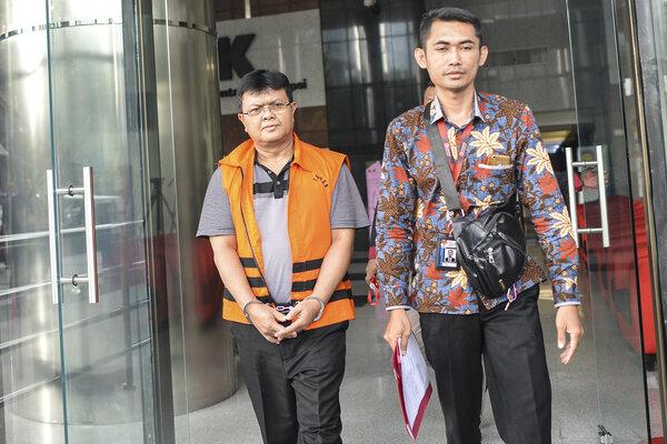 Hakim nonaktif Pengadilan Negeri Semarang Lasito (kiri) berjalan keluar meninggalkan gedung KPK usai menjalani pemeriksaan di Jakarta, Jumat (14/6/2019). - Antara/Nova Wahyudi