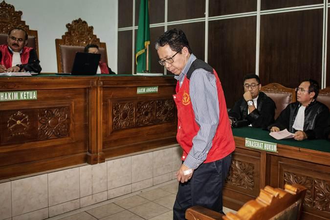 Terdakwa kasus dugaan penghilangan barang bukti pengaturan skor, Joko Driyono (tengah) menjalani sidang tuntutan di Pengadilan Negeri Jakarta Selatan, Jakarta, Kamis (4/7/2019). - ANTARA/Aprillio Akbar