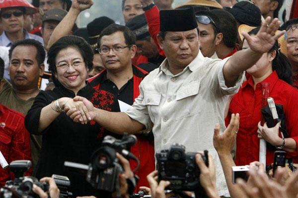 Ketua Umum PDIP Megawati Soekarnoputri (kiri depan) dan Ketua Umum Partai Gerindra Prabowo Subianto (kanan depan). - Reuters