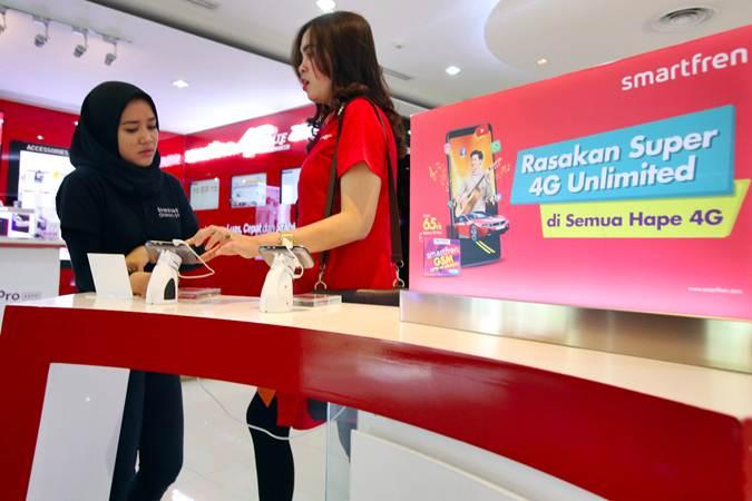 Pengunjung mencari informasi produk di Gerai Smartfren. - Bisnis/Abdullah Azzam