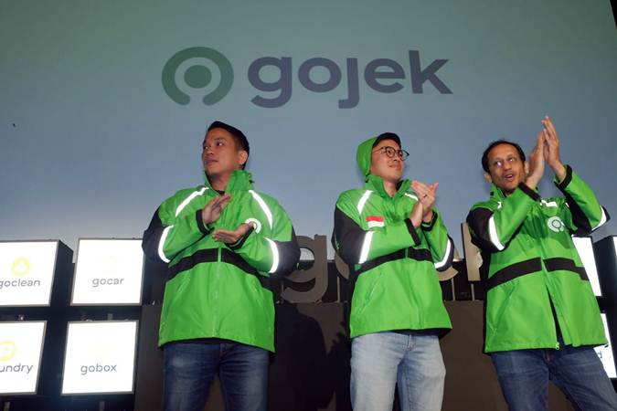 Founder dan CEO Go-Jek Grup Nadiem Makarim (dari kanan), Co-Founder Kevin Aluwi, dan Presiden Go-jek Grup Andre Soelistyo usai peresmian logo baru Go-Jek di Jakarta, Senin (22/7/2019). - Bisnis/Nurul Hidayat