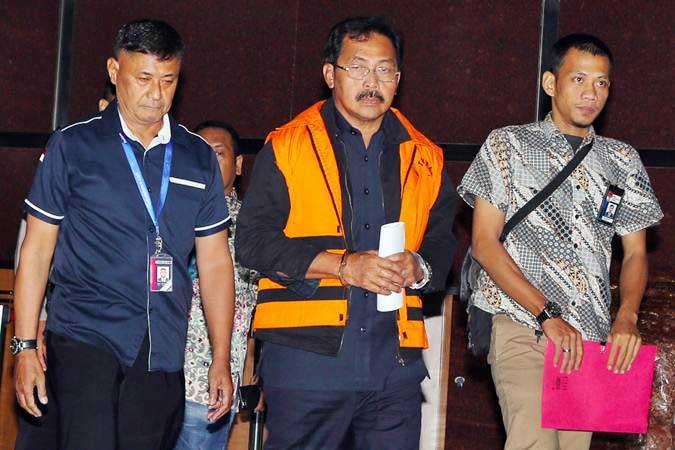 Gubernur Kepulauan Riau Nurdin Basirun (tengah) mengenakan rompi tahanan usai menjalani pemeriksaan di Gedung KPK, Jakarta, Jumat (12/7/2019). - ANTARA/Reno Esnir