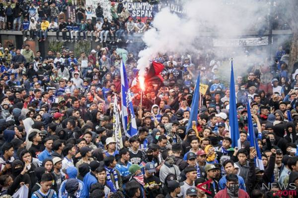 Sejumlah Bobotoh atau pendukung Persib Bandung melakukan aksi unjuk rasa di depan Gedung Sate, Bandung, Jawa Barat, Sabtu (13/10/2018). - Antara