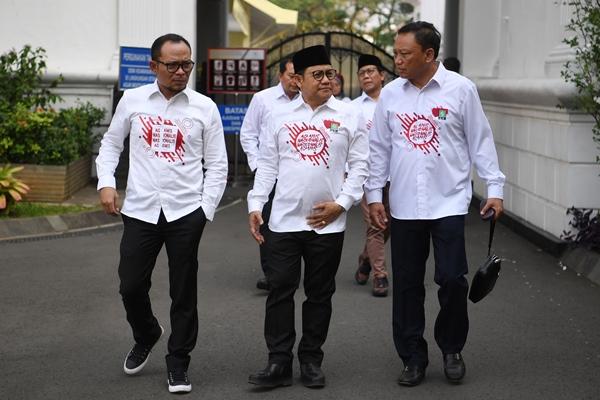 Ketua Umum PKB Muhaimin Iskandar (tengah) berbincang dengan dewan pengurus pusat (DPP) lainnya ketika meninggalkan Kompleks Istana Kepresidenan usai bertemu dengan Presiden Joko Widodo di Jakarta, Selasa (2/7/2019). - ANTARA FOTO/Wahyu Putro A