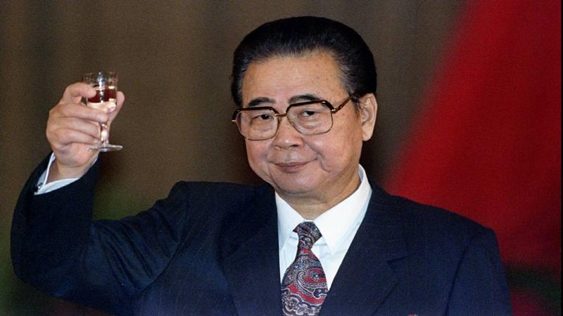 Mantan Perdana Menteri Cina Li Peng bersulang di hadapan para tamu pada jamuan makan resmi di Aula Besar Rakyat Beijing untuk merayakan Hari Nasional ke-45 di China 30 September 1994. - Reuters