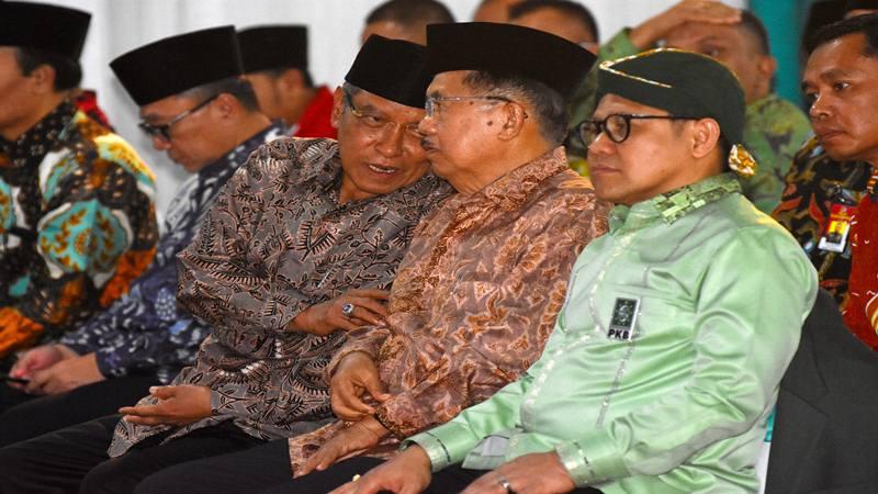 Wakil Presiden Jusuf Kalla (kedua kanan) berbincang dengan Ketua Umum PKB Muhaimin Iskandar (kanan) dan Ketua Umum PBNU Said Aqil Siradj ketika menghadiri hari lahir (harlah) ke-21 Partai Kebangkitan Bangsa (PKB) di Kantor DPP PKB, Jakarta, Selasa (23/7/2019). Harlah ke-21 PKB tersebut dihadiri sejumlah pejabat tinggi negara dan petinggi partai. - Antara