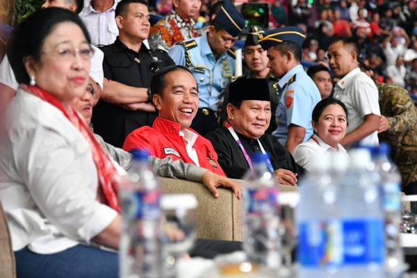 Presiden Joko Widodo (ketiga kiri), Wapres Jusuf Kalla (kedua kiri), Ketua Umum Pengurus Besar Ikatan Pencak Silat Indonesia (IPSI) Prabowo Subianto (kedua kanan), Megawati Soekarnoputri (kiri), dan Puan Maharani saat menyaksikan Pencak Silat Asian Games 2018 di Padepokan Pencak Silat di Taman Mini Indonesia Indah, Jakarta, Rabu (29/8/2018). - Biro Pers Setpres/Laily Rachev