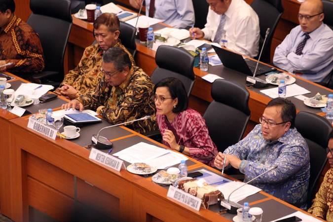 Menteri Keuangan Sri Mulyani Indrawati (kedua kanan) didampingi Menteri PPN/Kepala Bappenas Bambang Brodjonegoro (kanan) dan Gubernur Bank Indonesia Perry Warjiyo (kedua kiri) memberikan penjelasan saat rapat kerja dengan Badan Anggaran DPR RI, di Jakarta, Senin (8/7/2019). - Bisnis/Dedi Gunawan