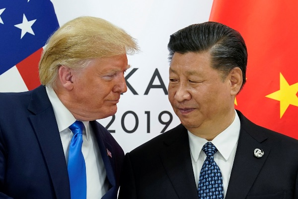 Presiden AS Donald Trump (kiri) menggelar pertemuan bilateral dengan Presiden China Xi Jinping untuk membahas perdagangan kedua negara di sela-sela KTT G20 di Osaka, Jepang, Sabtu (29/6/2019). - Reuters/Kevin Lamarque