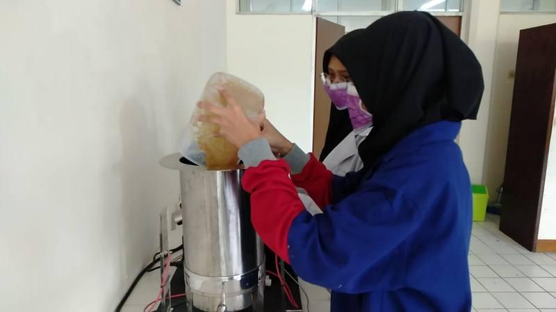 Mahasiswa Universitas Brawijaya tengah memproses limbah biomassa untuk menajdi bahan kertas. - Istimewa