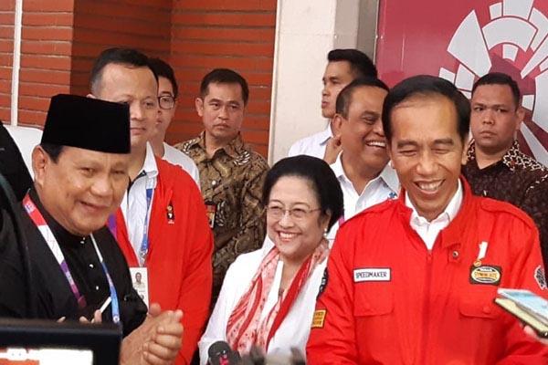 Ketua Umum Partai Gerindra Prabowo, Ketua Umum PDI Perjuangan Megawati Soekarno Putri, dan Presiden Joko Widodo menyaksikan pertandingan final Pencak Silat Asian Games 2018 di Padepokan Pencak Silat Taman Mini Indonesia Indah Jakarta, Rabu (29/8/2018). - Bisnis/Yusran Yunus