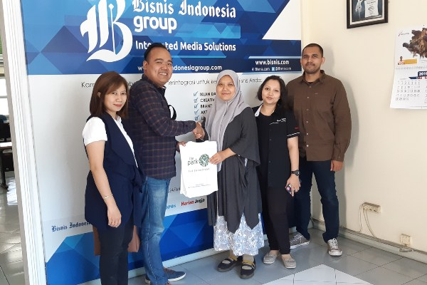 Marcomm Manager The Park Solo Johnson Wijaya (kiri) mengunjungi Kantor Bisnis Indonesia Jateng / DIY, disambut Kepala Perwakilan Bisnis Indonesia Jateng DIY Farodlilah Muqoddam (ketiga kiri).
