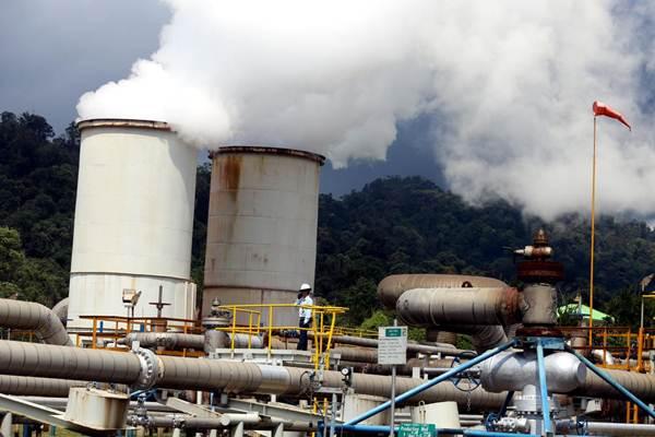 Pekerja melakukan pemeriksaan rutin jaringan instalasi pipa di wilayah Pembangkit Listrik Tenaga Panas Bumi (PLTP) Salak yang berkapasitas 377 megawatt (MW) milik Star Energy Geothermal, di Kabupaten Sukabumi, Jawa Barat. - JIBI/Rachman