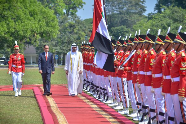 Presiden Joko Widodo dan  Putra Mahkota Abu Dhabi/Wakil Panglima Tertinggi Angkatan Bersenjata Uni Emirat Arab (UEA), Sheikh Mohamed bin Zayed Al Nahyan meninjau pasukan dalam upacara kenegaraan di Istana Bogor. - Biro Pers dan Media Istana