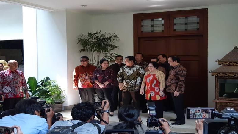 Ketua Umum Partai Gerindra Prabowo Subianto didampingi Wakil Ketua Umum Partai Gerindra Edhy Prabowo dan Sekjen Gerindra Ahmad Muzani tiba di kediaman Megawati Soekarnoputri, Rabu (24/7/2019). Prabowo disambut Megawati Soekarnoputri dan dua anaknya, Puan Maharani dan Prananda Prabowo (paling kanan). - Bisnis/Rayful Mudassir
