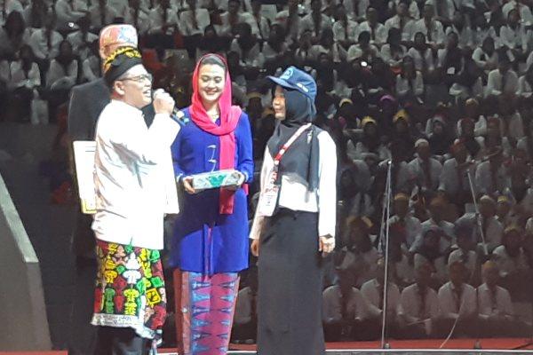Siti Riza Azmiyati (bertopi) penerima penghargaan ASN dengan skor SKD Tertinggi di Istora Senayan Jakarta, Rabu (24/7/2019) - Bisnis/Anggara Pernando