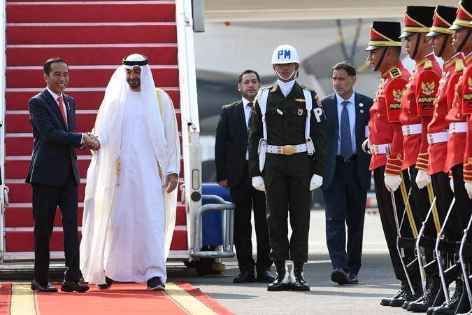 Presiden Joko Widodo (kiri) berjabat tangan dengan Putra Mahkota Abu Dhabi/Wakil Panglima Tertinggi Angkatan Bersenjata Persatuan Emirat Arab Sheikh Mohamed Bin Zayed Al Nahyan saat kunjungan kenegaraan, di Bandara Soekarno Hatta, Banten, Rabu (24/7/2019). - ANTARA/Wahyu Putro A