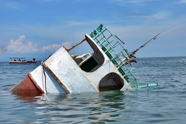Kapal ikan hasil sitaan ditenggelamkan, di perairan Tanjung Benoa, Bali. - Antara/Wira Suryantala