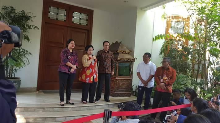 Ketua Umum PDIP Megawati Soekarnoputri bersama kedua anaknya, Puan Maharani dan Prananda Prabowo saat memberi keterangan kepada wartawan di kediamannya, Rabu (24/7/2019). - Bisnis/Lalu Rahadian