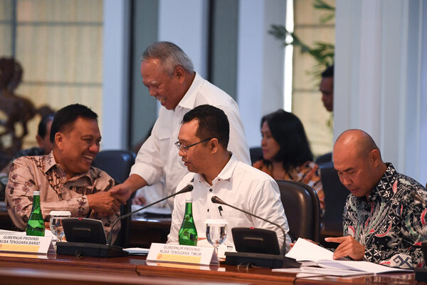 Menteri PUPR Basuki Hadimuljono (kedua kiri) menyalami Gubernur Sulawesi Utara Olly Dondokambey (kiri) disaksikan Gubernur Nusa Tenggara Barat (NTB) Zulkieflimansyah (kedua kanan) dan Gubenur Nusa Tenggara Timur (NTT) Viktor Laiskodat sebelum mengikuti rapat kabinet terbatas di Kantor Presiden Jakarta, Senin (15/7/2019). Pada ratas tersebut presiden memprioritaskan pengembangan lima destinasi Bali baru dari total 10 destinasi yang akan dibangun. - Antara/Wahyu Putro A