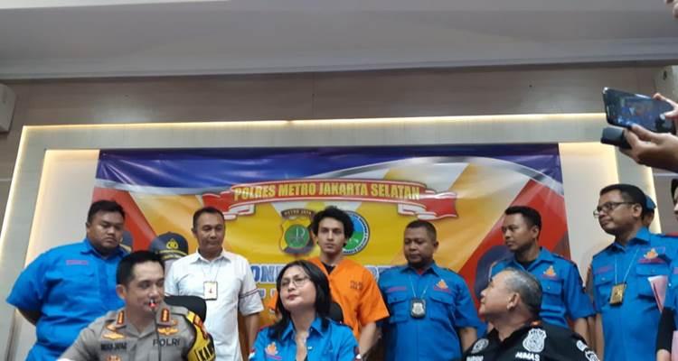 Jefri Nichol (berdiri di belakang memakai baju tahanan warna oranye). - Bisnis/Ria Theresia