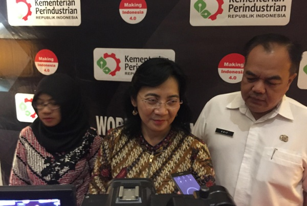 Direktur Jenderal Industri Kecil, Menengah dan Aneka Kementerian Perindustrian Gati Wibawaningsih (tengah) - Bisnis/Dea Andriyawan