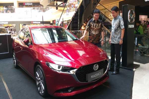 Direktur Sales, Marketing and Public  Relations PT EMI, Ricky Thio (kanan) dan Direktur PT Auto Mobil Jaya Abadi Dealer Mazda Semarang (Jateng-DIY) saat meluncurkan dua model All New Mazda3 di Paragon Mall Semarang, Rabu (23 - 7)