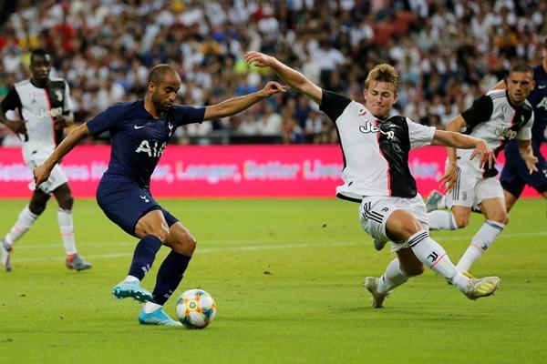 Bek Juventus Matthijs de Light (kanan) dan penyerang Spurs Lucas Moura - Reuters