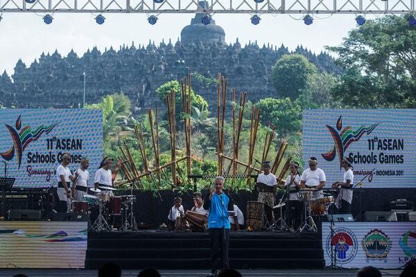 Gubernur Jawa Tengah Ganjar Pranowo menyampaikan pidato saat acara penutupan 11th ASEAN Schools Games 2019 di Candi Borobudur, Magelang, Jawa tengah (24/7/2019). Dalam pesta olahraga pelajar Asia Tenggara atau ASEAN Schools Games (ASG) 2019 di Semarang, tuan rumah Indonesia berhasil menjadi juara umum dengan memperoleh 43 emas, 34 perak dan 25 perunggu, unggul dengan selisih sepuluh emas dari Thailand yang berada di urutan kedua dengan 33 emas, 31 perak dan 35 perunggu. - Antara/Andreas Fitri Atmoko