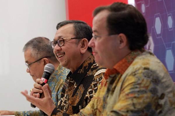 Ketua Umum Asosiasi Asuransi Jiwa Indonesia (AAJI) Hendrisman Rahim (tengah), menjawab pertanyaan didampingi Direktur Eksekutif Togar Pasaribu (kiri), dan Ketua Bidang Pendidikan dan Pengembangan Chris Bendl, saat konferensi pers di Jakarta, Senin (27/8/2018). - JIBI/Dwi Prasetya
