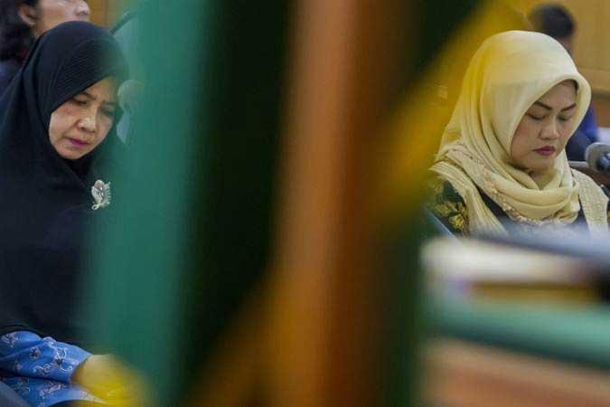 Dua terdakwa kasus dugaan suap perizinan proyek Meikarta Neneng Hasanah Yasin (kanan) dan Dewi Tisnawati (kiri) saat mengikuti jalannya sidang tuntutan di Pengadilan Tipikor Bandung, Jawa Barat, Rabu (8/5/2019). - ANTARA/Novrian Arbi