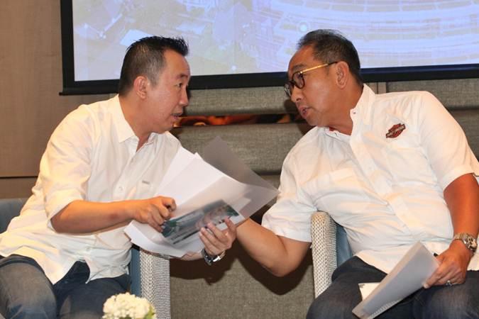 Direktur PT Federal International Finance (FIF Group) Hugeng Gozali (kiri) berbincang dengan Direktur Antony Sastro Jopoetro saat konferensi pers, di Jakarta, Senin (13/5/2019). - Bisnis/Dedi Gunawan