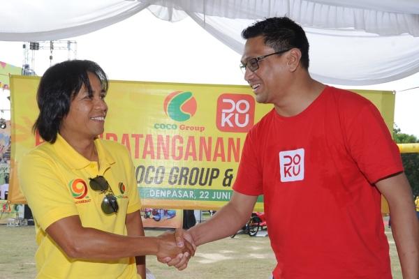Pemilik Coco Group I Nengah Natyanta (kiri) dan VP of Business Merchant Doku Dody Wijaya (kanan) usai penandatanganan di Denpasar. - Bisnis/Feri Kristianto