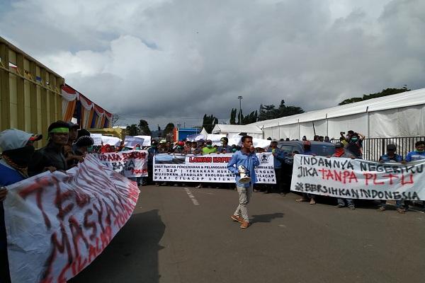 Ratusan warga menggelar demo di depan Kantor Bupati Cilacap, Rabu (24/7 - 2019). Mereka menuntut pemerintah melakukan kajian amdal terhadap PLTU Cilacap karena dianggap mencemari udara. (Semarangpos.com/Walhi Jateng)