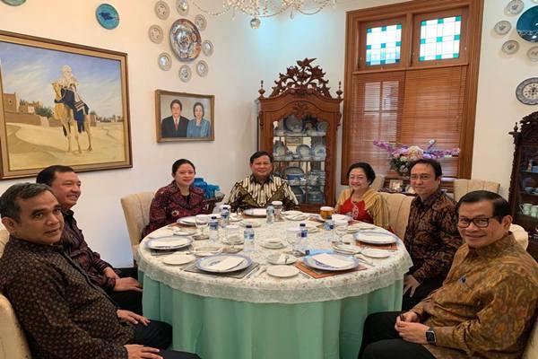 Ketua Umum Gerindra Prabowo Subianto dan Ketua Umum PDIP Megawati Soekarnoputri bertemu di kediaman Megawati di Jalan Teuku Umar Jakarta Pusat, Rabu (24/7/2019). Turut dalam pertemuan itu anak Megawati Prananda Prabowo dan Puan Maharani, Politikus PDIP Pramono Anung, Budi Gunawan, Sekjen Gerindra Ahmad Muzani, dan Ketua DPP Gerindra Edhy Prabowo.   - Istimewa