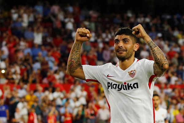 Gelandang Sevilla Ever Banega - Reuters/Marcelo del Pozo