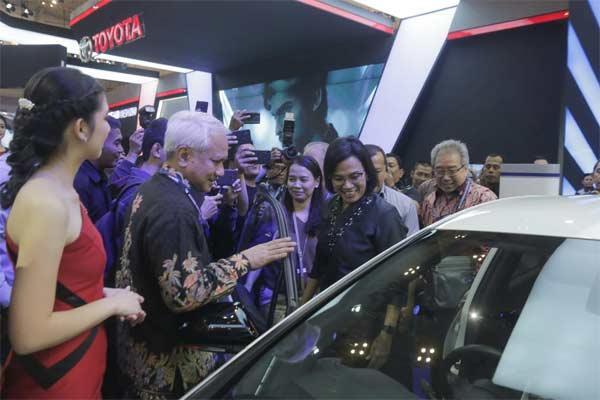 Menter Keuangan Sri Mulyani melihat model Prius Plug-In Hybrid Electric Vehicle (PHEV) saat mengunjungi booth Toyota yang hadir di GIIAS 2019 di BSD City, Tangerang, Banten, Rabu (24/07/2019). .  - BISNIS.COM/Felix Jody Kinarwan