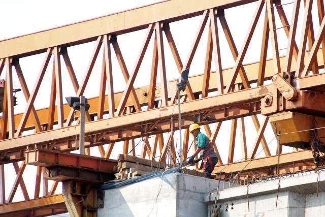 Pekerja beraktivitas di sebuah proyek, di Jakarta Timur, Selasa (16/7/2019). - Bisnis/Triawanda Tirta Aditya