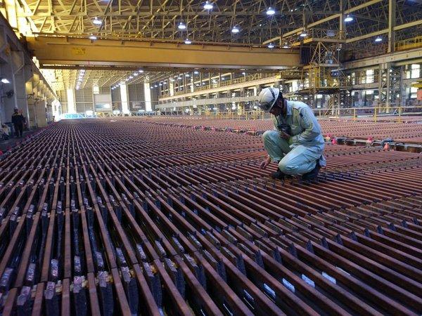 Pekerja memeriksa proses pemurnian anoda tembaga menjadi katoda tembaga di pabrik pemurnian di kompleks smelter PT Smelting. Tahun ini, produksi katoda tembaga Smelting diproyeksikan mencapai 267.000 ton. - Bisnis/Lucky Leonard Leatemia