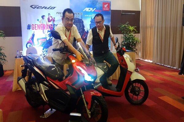 Presiden Direktur PT Mitra Pinasthika Mulia (MPM) Suwito (kiri) dan Direktur Marketing MPM Dendy Sean (kanan) saat mencoba sepeda motor baru dalam peluncuran Honda Genio dan Honda ADV150 di Surabaya, Kamis (25/7/2019). - Bisnis/Peni Widarti