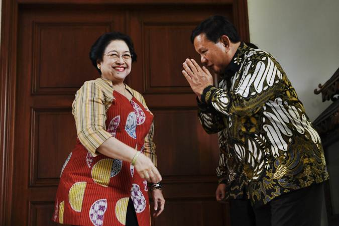 Ketua Umum Partai Gerindra Prabowo Subianto (kanan) berpamitan kepada Ketua Umum PDI Perjuangan Megawati Soekarnoputri (kiri) usai menggelar pertemuan tertutup di Jakarta, Rabu (24/7/2019). - ANTARA/Puspa Perwitasari