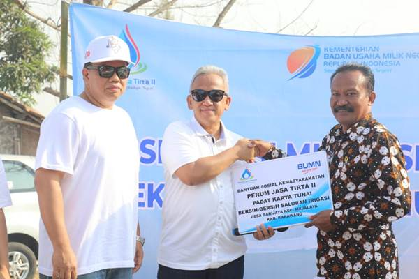 Direktur Utama Jasa Tirta II U. Saefudin Noer saat menyerahkan Bantuan Sosial Kemasyarakatan di Desa Sarijaya, Karawang - Istimewa